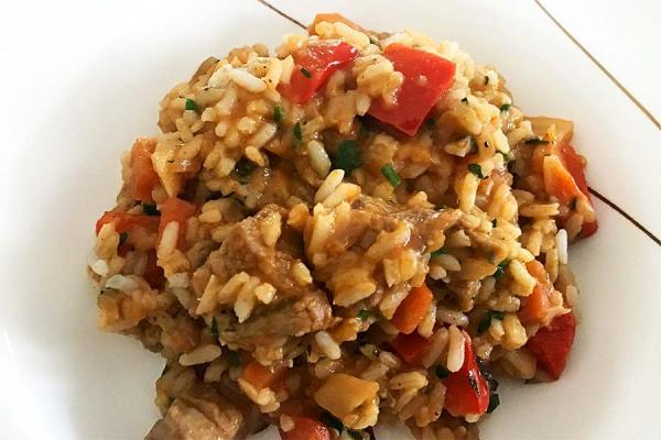 Reisfleisch auf Teller angerichtet.