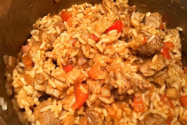Reisfleisch im Topf.