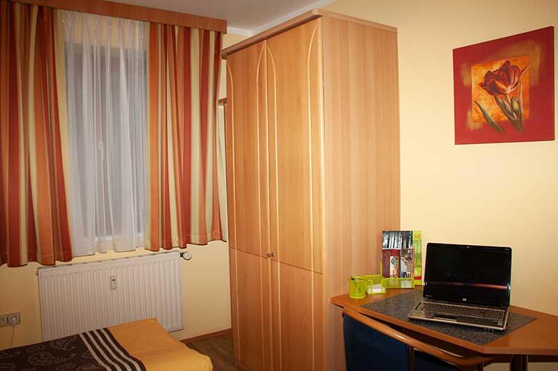 Die Schlafzimmer sind mit Schrank und Schreibtisch ausgestattet. Foto: Pamela Kaiser