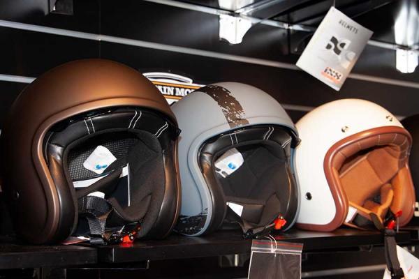 Verschiedene Helme im Regal.