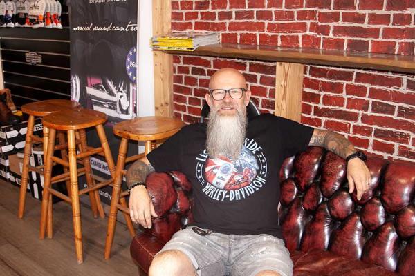 Der Inhaber Buchrieser auf dem Sofa.