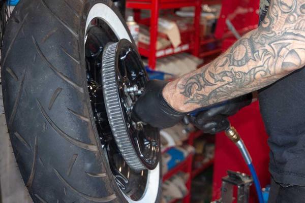 Ein Motorradreifen wird repariert.