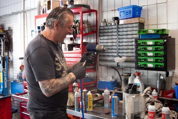 Ein Mann arbeitet in der Werkstatt.