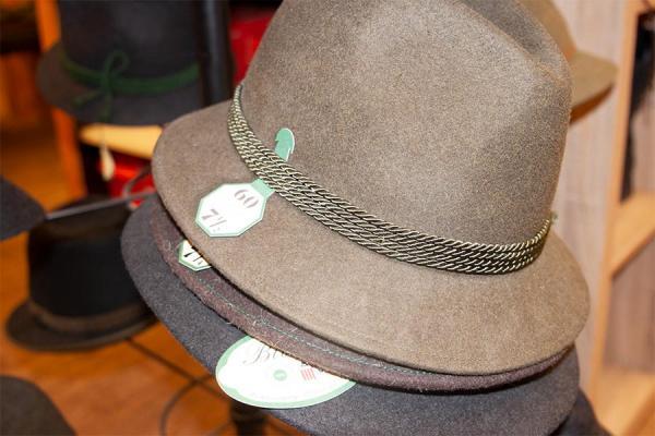 Verschiedene Hüte im Jägershop