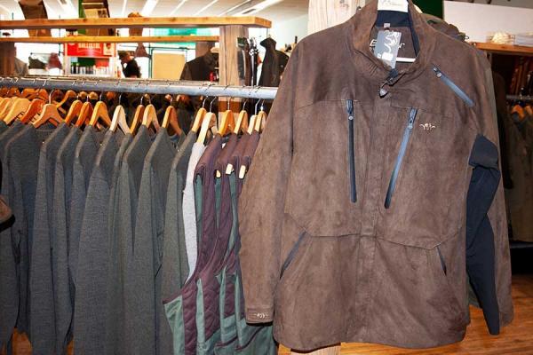 Verschiedene Jacken hängen an der Kleiderstange.